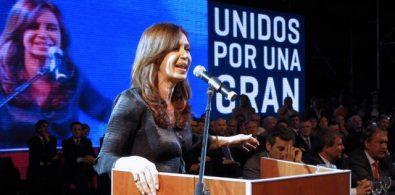 Fernández pronuncia su discurso en Leones.